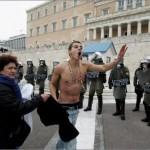Grecia approva austerità tra lacrimogeni e idranti